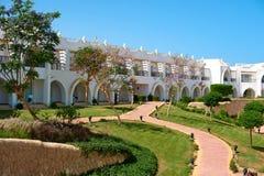 沙姆沙伊赫,埃及- 2018年4月15日 一家壮观的白色旅馆的庭院在一个夏日 概念  库存图片