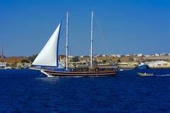 沙姆沙伊赫,埃及- 2018 3月14日A豪华木风船在反对蓝天o的红海 免版税图库摄影