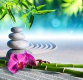 沙子、兰花和按摩石头 免版税库存照片