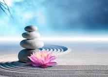 沙子、百合和温泉石头 免版税图库摄影