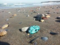 沙子和小卵石在海滩在一个晴天 库存照片