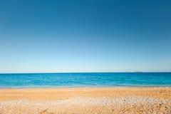 沙子和小卵石海滩 免版税库存图片