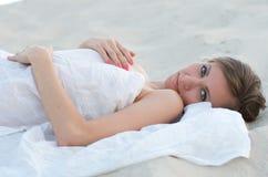 沙子和微笑的少妇 免版税库存照片