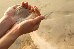沙子和手指 免版税库存照片