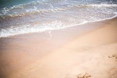 沙子和海在海滩挥动在手段,沙子纹理 库存照片