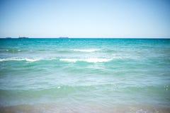 沙子和海在海滩挥动在手段,沙子纹理 免版税库存图片