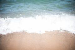 沙子和海在海滩挥动在手段,沙子纹理 库存图片