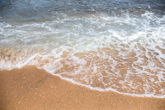 沙子和海在海滩挥动在手段,沙子纹理 免版税库存照片