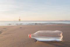 沙子和瓶在海滩 免版税图库摄影