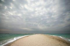 沙子唾液在阴云密布的海 免版税库存照片