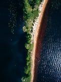 沙子唾液的鸟瞰图与森林夏天风景的与一个蓝色湖在芬兰 免版税图库摄影