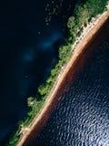 沙子唾液的鸟瞰图与森林夏天风景的与一个蓝色湖在芬兰 免版税库存图片