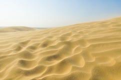 沙子在有蓝天的沙漠 免版税库存图片