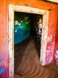 沙子在被放弃的房子里在Kolmanskop鬼城 免版税库存照片
