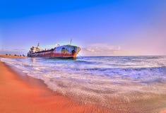 沙子在kollam海滩的被困住的船 库存图片
