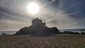 沙子城堡灰色天空海滩太阳日落 库存图片