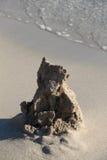 沙子城堡的废墟,在海滩 库存照片