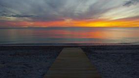 沙子太阳落山的木甲板在一个东部花费的海滩 股票视频