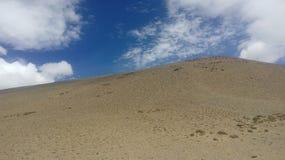 沙子小山蓝天和蓝天 免版税图库摄影