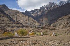 沙子山和stupa路旁风景看法在途中对Hemis修道院拉达克,印度 库存图片