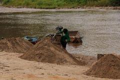 03-06-2017沙子挖出的事业沙子是一个组分在建筑 使用在混合与灰浆 沿Pai河的村民, sa 库存照片