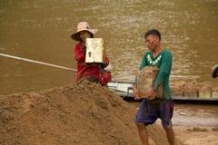 03-06-2017沙子挖出的事业沙子是一个组分在建筑 使用在混合与灰浆 沿Pai河的村民, sa 图库摄影