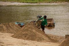 03-06-2017沙子挖出的事业沙子是一个组分在建筑 使用在混合与灰浆 沿Pai河的村民, sa 免版税库存照片