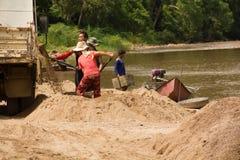 03-06-2017沙子挖出的事业沙子是一个组分在建筑 使用在混合与灰浆 沿Pai河的村民, sa 免版税库存图片
