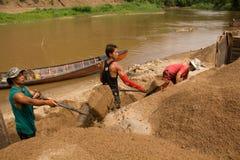 03-06-2017沙子挖出的事业沙子是一个组分在建筑 使用在混合与灰浆 沿Pai河的村民, sa 库存图片