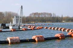 沙子提取产业在湖 库存照片