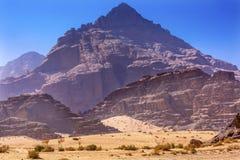 沙子月亮瓦地伦约旦岩层谷  免版税库存照片