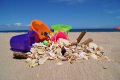 沙子桶和壳在劳德代尔堡海滩 库存图片