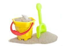沙子桶和小铲玩具 免版税库存照片