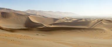 沙子沙丘全景在Sossusvlei自然保护的在纳米比亚 在主要` vlei `盐平底锅的这些带红色沙丘是m 免版税库存图片