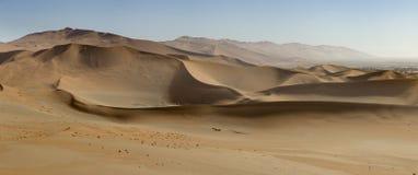 沙子沙丘全景在Sossusvlei自然保护的在纳米比亚 在主要` vlei `盐平底锅的这些带红色沙丘是m 库存照片