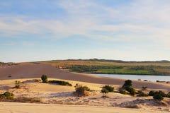 沙子沙漠和湖 库存图片