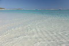 沙子波纹和小船在海滩在构想海岛,巴哈马 图库摄影
