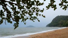 沙子海滩在风暴以后的晚上大气前的沿海风景  股票录像