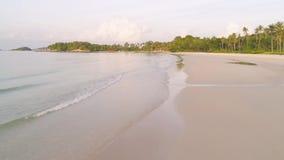 沙子海滩天线 射击 一个美丽的沙滩天线的顶视图有蓝色的挥动辗压入岸 顶视图 影视素材