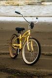 沙子海滩的一个自行车公园在与击碎岸的长滩华盛顿海浪的一个风雨如磐的晚上期间 免版税库存照片
