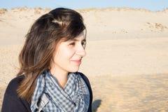 沙子海滩秀丽女孩的少妇 免版税图库摄影