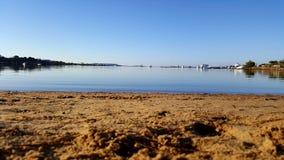 沙子海滩蓝色盐水湖 库存照片