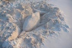 沙子海豚的雕塑  库存照片