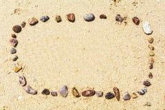 沙子海运壳 背景球海滩美好的空的夏天排球 顶视图泰国 库存照片