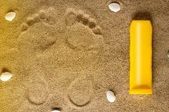 沙子海运壳 背景球海滩美好的空的夏天排球 免版税库存图片
