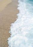 沙子海滩和蓝色波浪海 库存图片