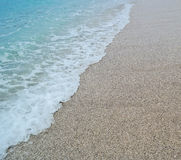 沙子海滩和蓝色波浪海 免版税图库摄影