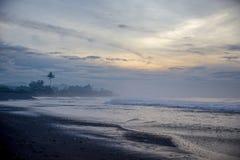 黑沙子海滩在印度洋 免版税库存照片