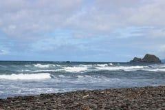 黑沙子海滩岸 免版税库存图片