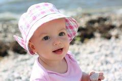 沙子海滩的女婴 免版税库存照片